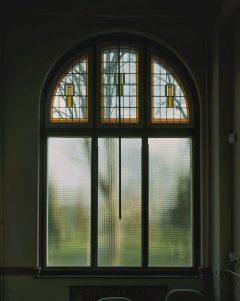 Glas-in-lood bovenraam geplaatst door glaszetter Leiden