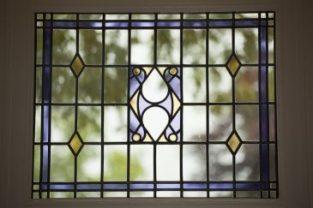 traditioneel glas-in-lood raam geplaatst door glaszetter Leiden